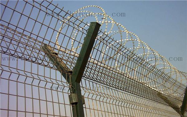 高速公路隔离栅的选材 公路护栏网规格有那些